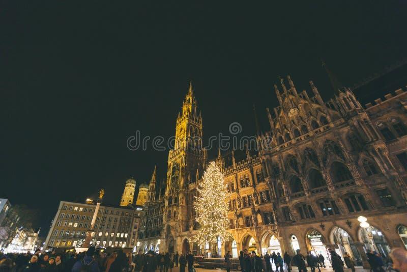 Marienplatz, arquitetura da cidade cênico da ideia da skyline do panorama bonito da cidade de Munich da noite de Munchen iluminou fotografia de stock