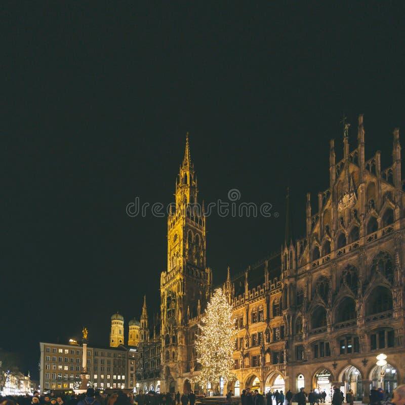 Marienplatz Cityscape för sikt för horisont för härlig panorama för Munich stad scenisk av upplyst arkitektur för Munchen natt arkivfoton