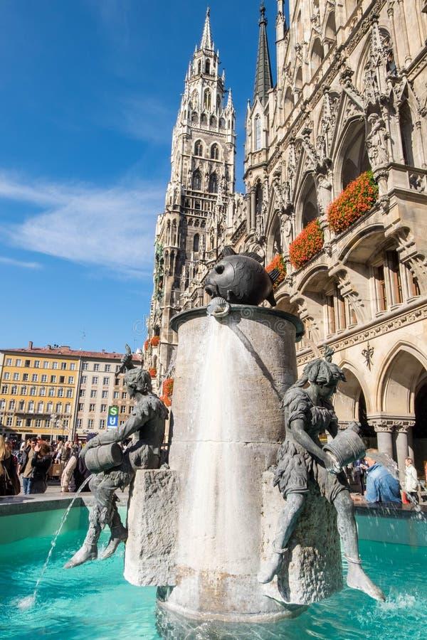 Marienplatz fontanna w śródmieściu, sławny przyciąganie dla turystów dookoła świata obrazy royalty free