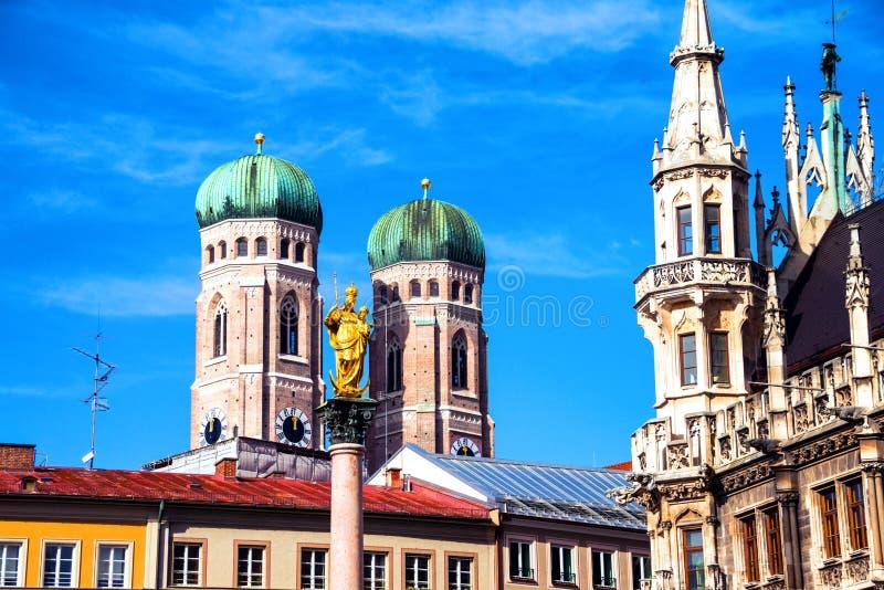 Marienplatz med stadshuset kolonn av för Munich, Tyskland- och Mary ` s med kyrkan av vår dam arkivfoton