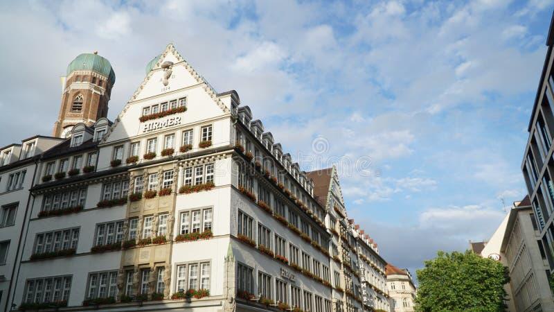 Marienplatz med traditionell husarkitektur i Munich, Tyskland arkivbilder