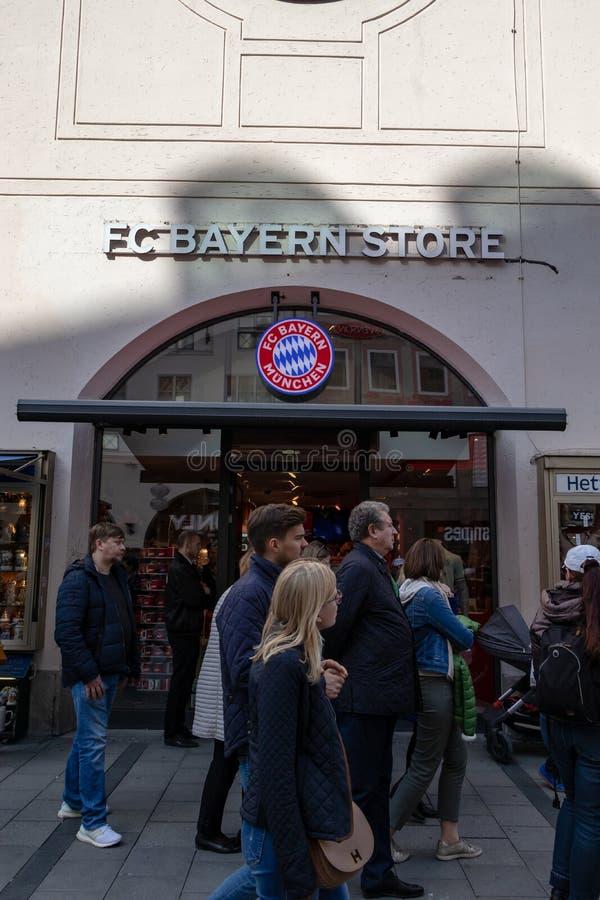MARIENPLATZ, MUENCHEN, 6 APRIL, 2019: trourist die in en uit de opslag van FC Beieren in Marienplatz lopen royalty-vrije stock foto