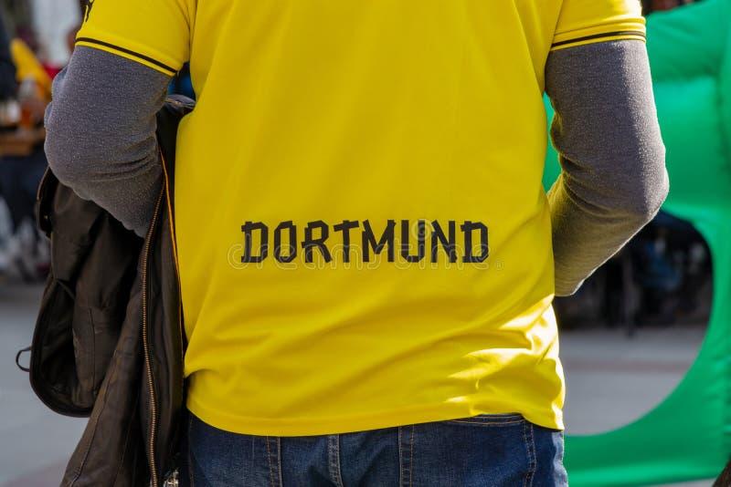 MARIENPLATZ, MUENCHEN, IL 6 APRILE 2019: camicia di un fan di dortman di borussia con il logo della squadra di calcio fotografia stock libera da diritti