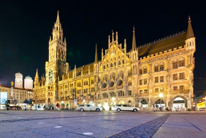 Marienplatz na noite imagens de stock