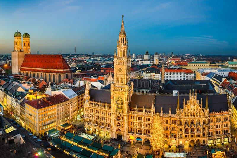 Marienplatz och jul marknadsför i Munich, Tyskland royaltyfri fotografi