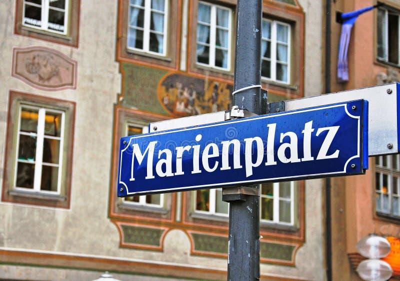 Marienplatz undertecknar in gatan av Munchen royaltyfria foton