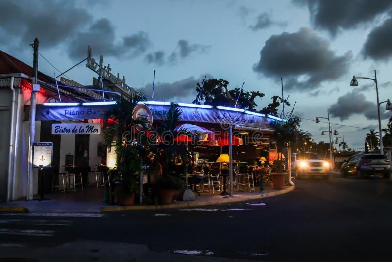 Marigot-Abend mit Lichtern lizenzfreie stockfotografie