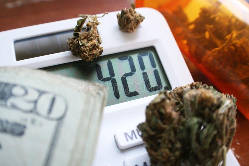 Marihuana Bud On Calculator With 420 & Hoog Geld - kwaliteit stock afbeelding