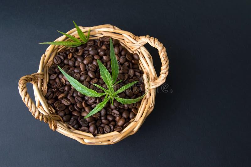 Marihuana en geroosterde koffiebonen stock afbeelding