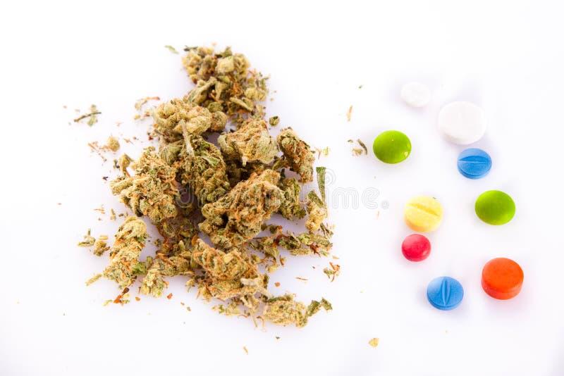 Marihuana en pillen op witte achtergrond royalty-vrije stock afbeelding