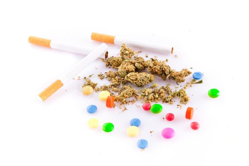 Marihuana en pillen op witte achtergrond, rokersdrugs stock afbeelding