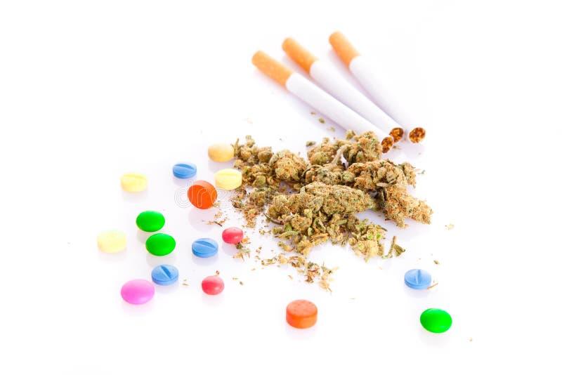 Marihuana en pillen op witte achtergrond, rokersdrugs royalty-vrije stock afbeeldingen