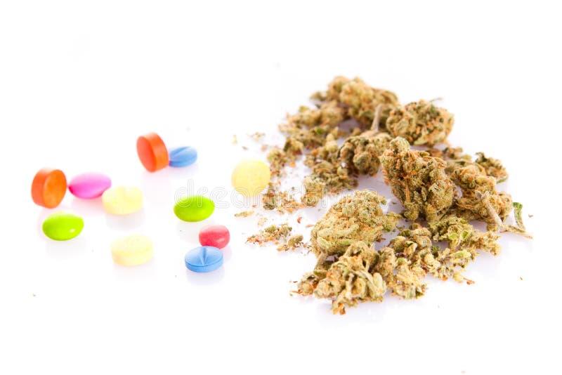 Marihuana en pillen op witte achtergrond wordt geïsoleerd die stock foto
