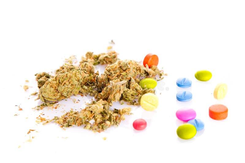 Marihuana en pillen op witte achtergrond wordt geïsoleerd die stock afbeeldingen