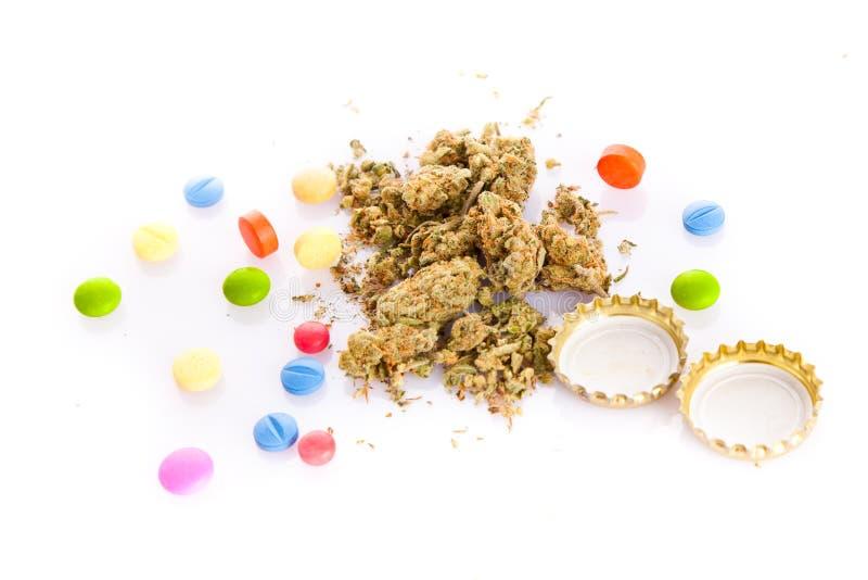 Marihuana en pillen op witte achtergrond wordt geïsoleerd die royalty-vrije stock fotografie