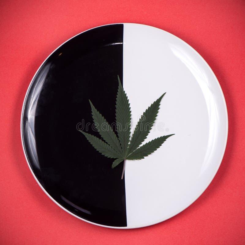 Marihuana liść na naczyniu - medyczna marihuana natchnął edibles conc zdjęcia royalty free