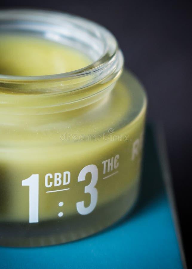 Marihuana Natchnąca ręki śmietanka dla bólowej ulgi z CBD: THC dawki współczynnik przylepiający etykietkę zdjęcia stock