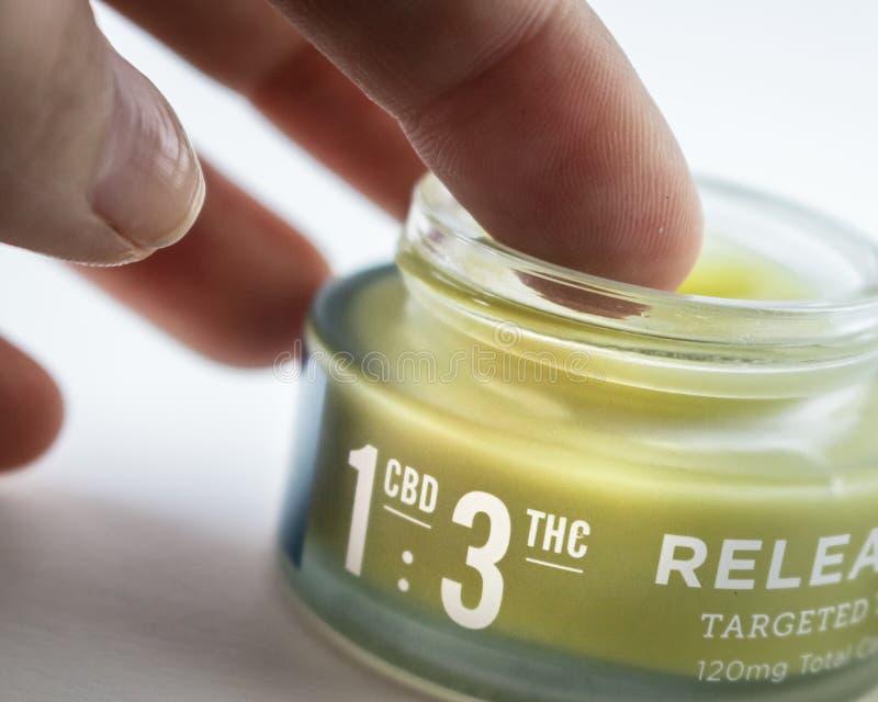 Marihuana Natchnąca ręki śmietanka dla bólowej ulgi z CBD: THC dawki współczynnik przylepiający etykietkę obrazy stock