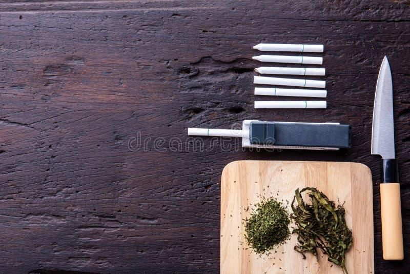 Marihuana, schalen, deurposten, molen, medische cannabisolie CBD Drugs verdovend concept royalty-vrije stock afbeeldingen