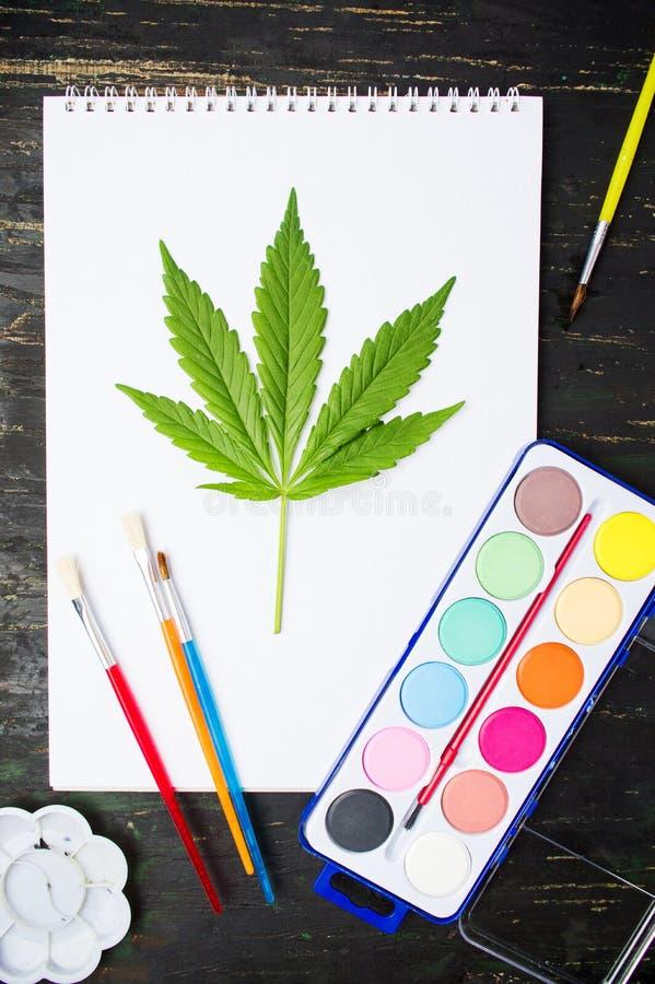 Marihuanablad en tekeningsmateriaal stock afbeeldingen