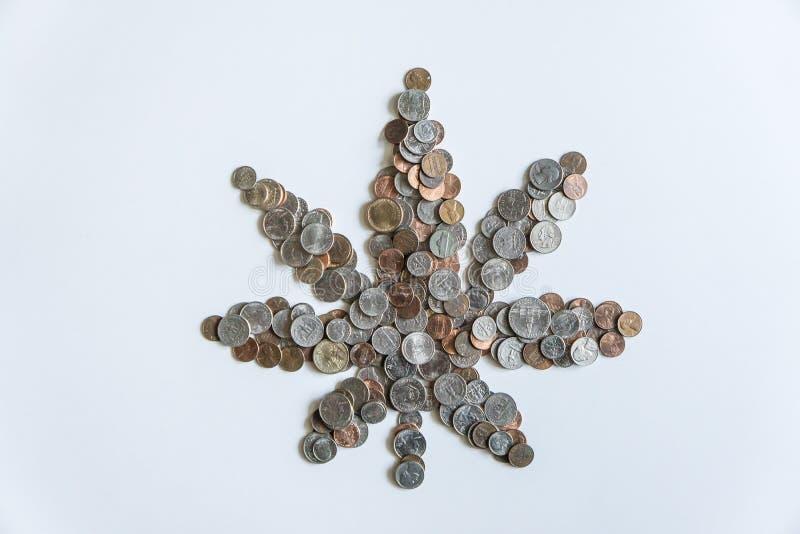 Marihuanablatt hergestellt von amerikanischen Münzen US auf festem weißem Hintergrund stockfotografie