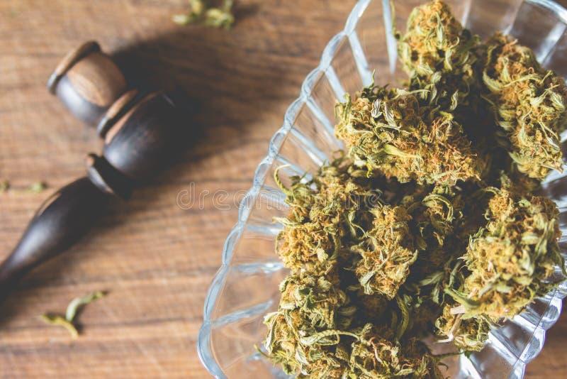 Marihuanaknoppen in de glasplaat royalty-vrije stock foto