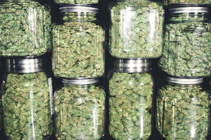 Marihuanaknoppen in de Stapel van de Glaskruik stock foto's
