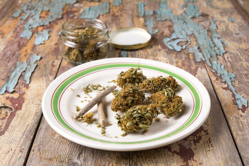 Marihuanaknoppen en verbindingen in de witte plaat royalty-vrije stock foto
