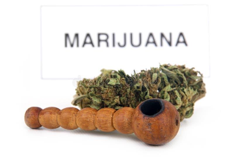 Marihuanaknospe und -rohr lizenzfreie stockbilder