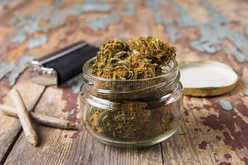 Marihuanaknospen im Glastopf lizenzfreies stockbild