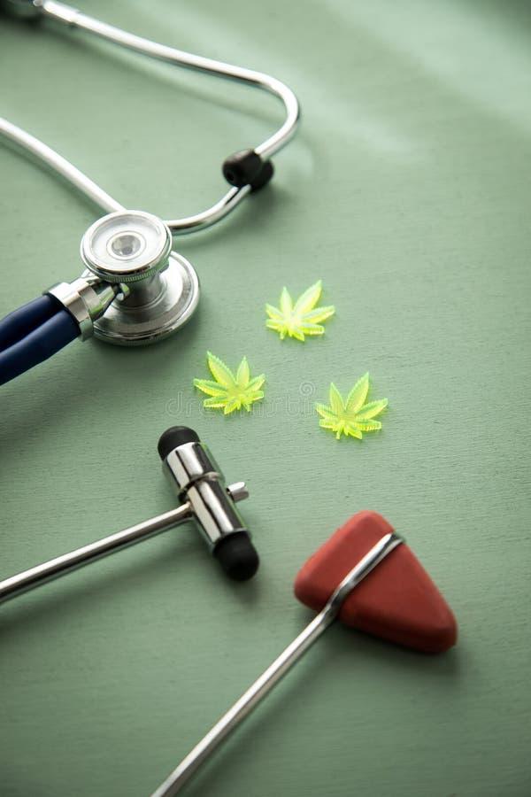 Marihuany marihuany konopie CBD jako b?lowy zab?jca lub medyczna terapia przy neurolog lekarkami biurowymi z odruchu stetoskopem  fotografia stock