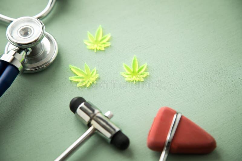 Marihuany marihuany konopie CBD jako b?lowy zab?jca lub medyczna terapia przy neurolog lekarkami biurowymi z odruchu stetoskopem  obraz royalty free