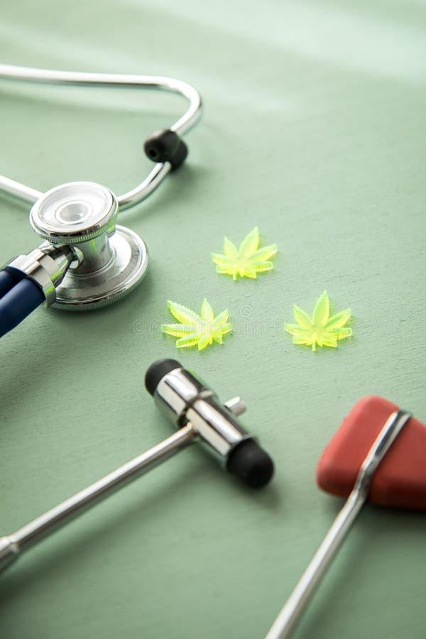 Marihuany marihuany konopie CBD jako b?lowy zab?jca lub medyczna terapia przy neurolog lekarkami biurowymi z odruchu stetoskopem  obrazy stock