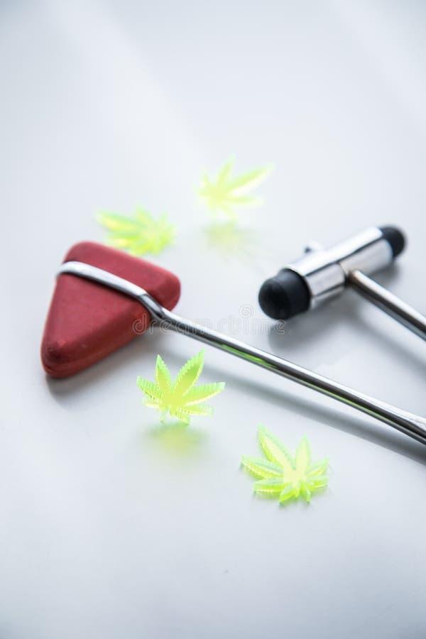 Marihuany marihuany konopie CBD jako b?lowy zab?jca lub medyczna terapia przy neurologiem fabrykuje biuro z odruchu m?otem obraz stock