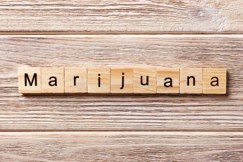 Marihuany słowo pisać na drewnianym bloku Marihuana tekst na stole, pojęcie zdjęcie royalty free