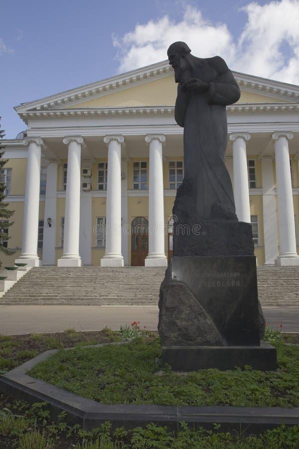 mariinsky医院的门面贫寒的在莫斯科对dostoevsky大俄罗斯作家的fyodor的纪念碑 免版税库存图片