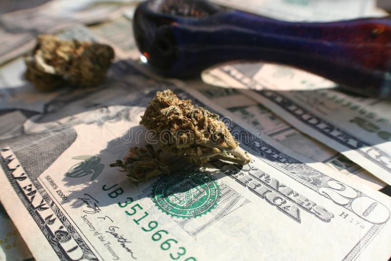 Marijuana Bud On Money With Pipe fotos de archivo libres de regalías