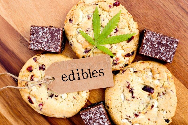 Marijuana - cannabis - medicinsk matvaror - kakor och kokosnötnissen royaltyfri fotografi