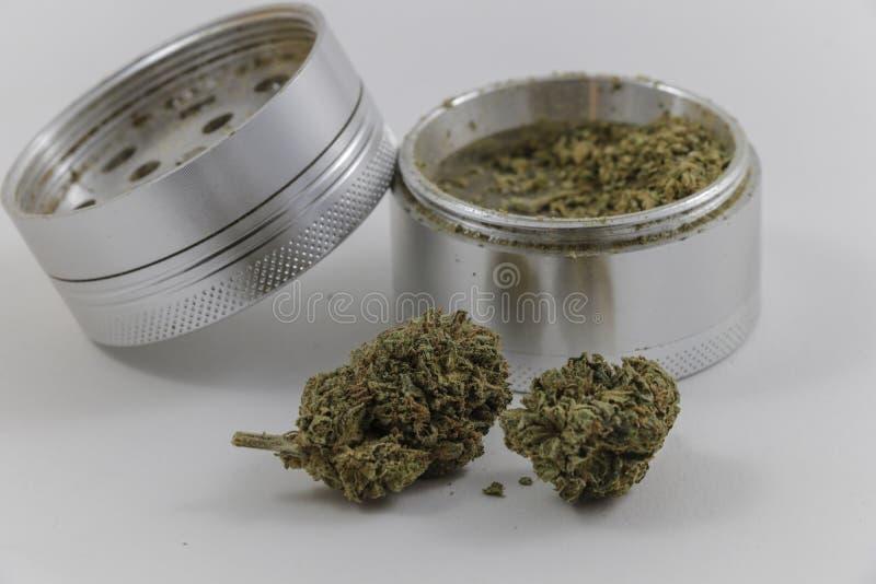 Marijuana e um moedor fotografia de stock royalty free