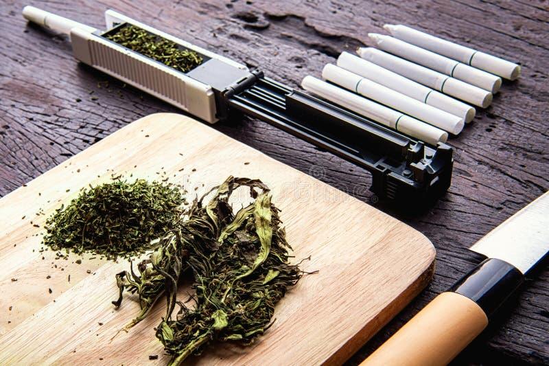 Marijuana, escalas, canilleras, amoladora, aceite médico CBD del cáñamo Droga concepto narc?tico imagenes de archivo