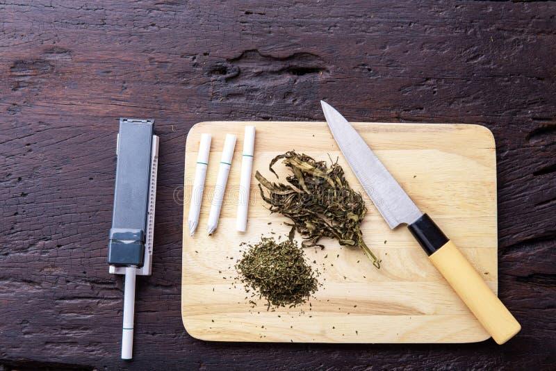 Marijuana, escalas, canilleras, amoladora, aceite médico CBD del cáñamo Droga concepto narc?tico imágenes de archivo libres de regalías