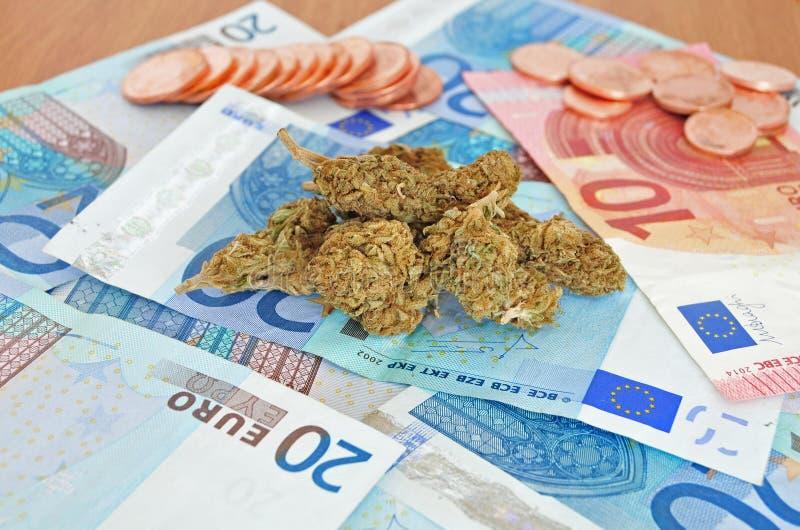 Marijuana slår ut med pengar arkivfoton