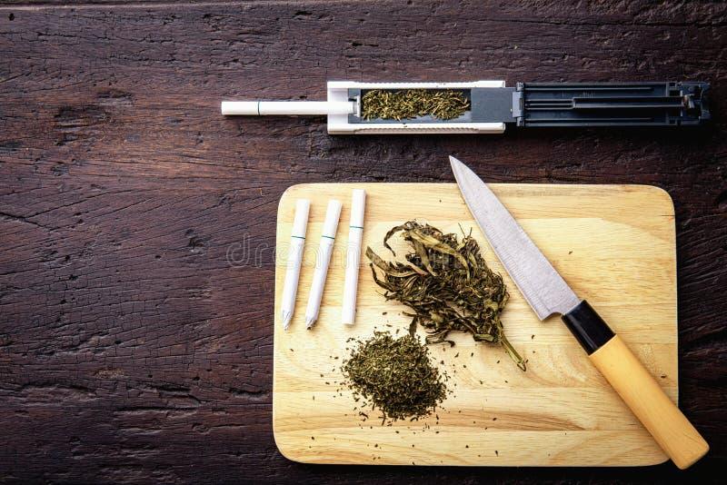 Marijuana våg, sidoposter, molar, medicinsk cannabisolja CBD F?rgiftar narkotiskt begrepp royaltyfria foton