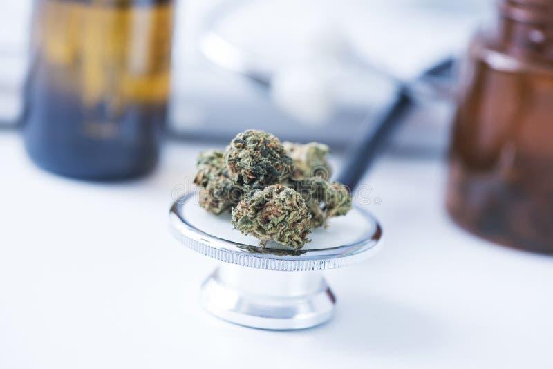 Marijuanaknoppar på en doktorstabell arkivbild