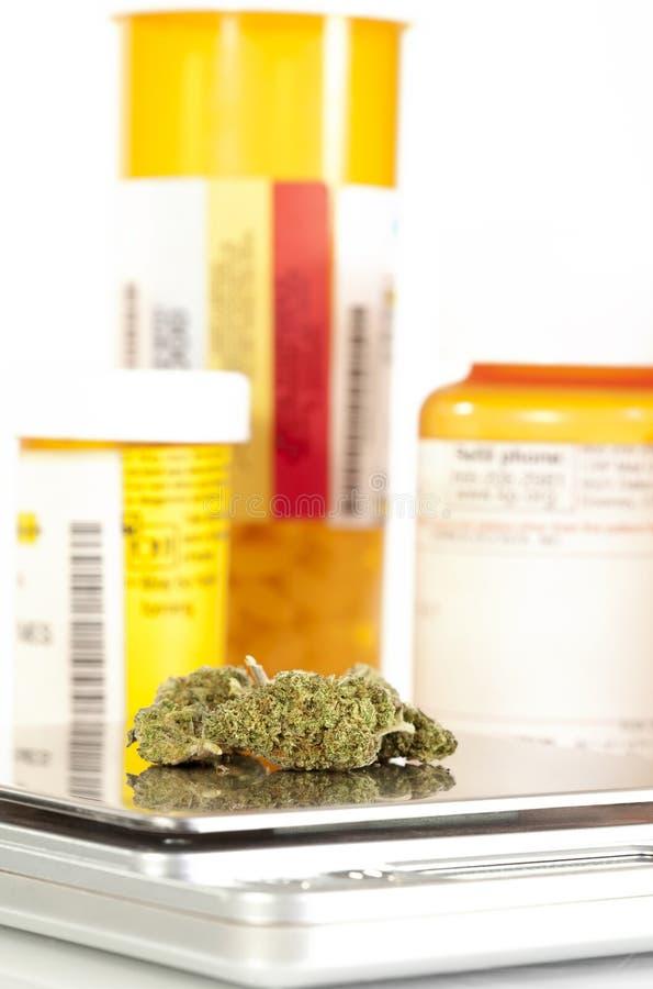 Marijuanaknoppar på skalarecept buteljerar 2 royaltyfri bild