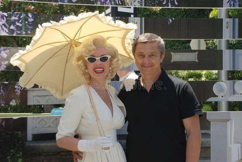Marilyn Monroe met een mens in Universele Studio's stock foto's