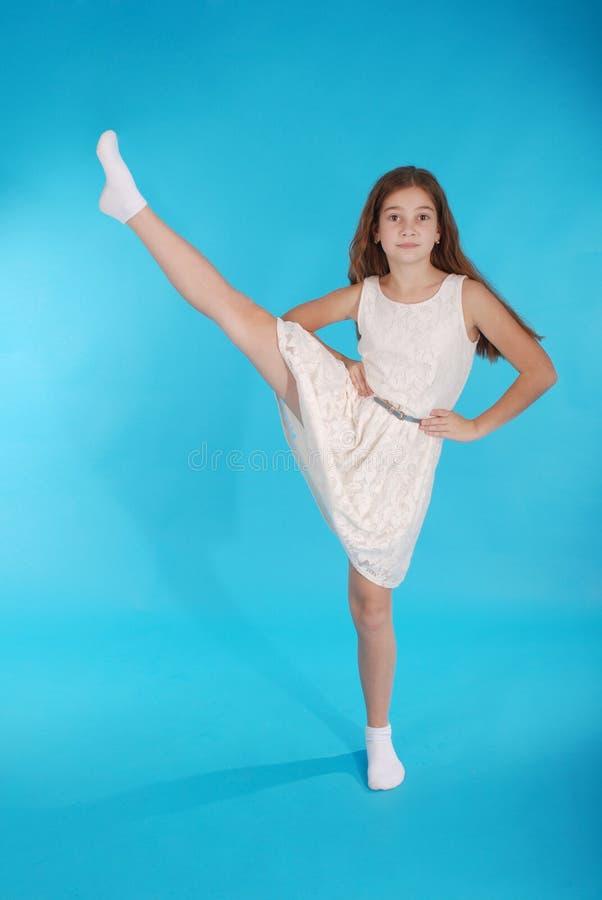Marimacho bonito da moça alegre que levanta seu pé imagem de stock royalty free