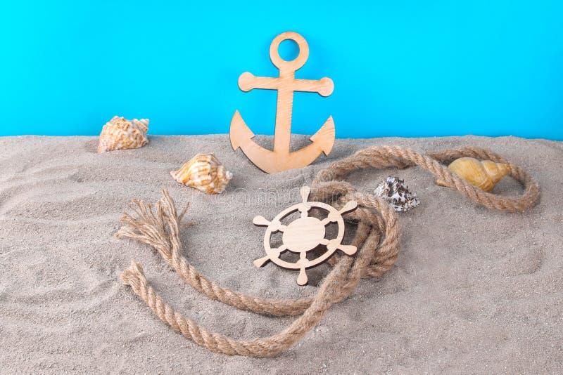 Marin- attribut, dekorativt styrninghjul och styrninghjul med snäckskal arkivfoto