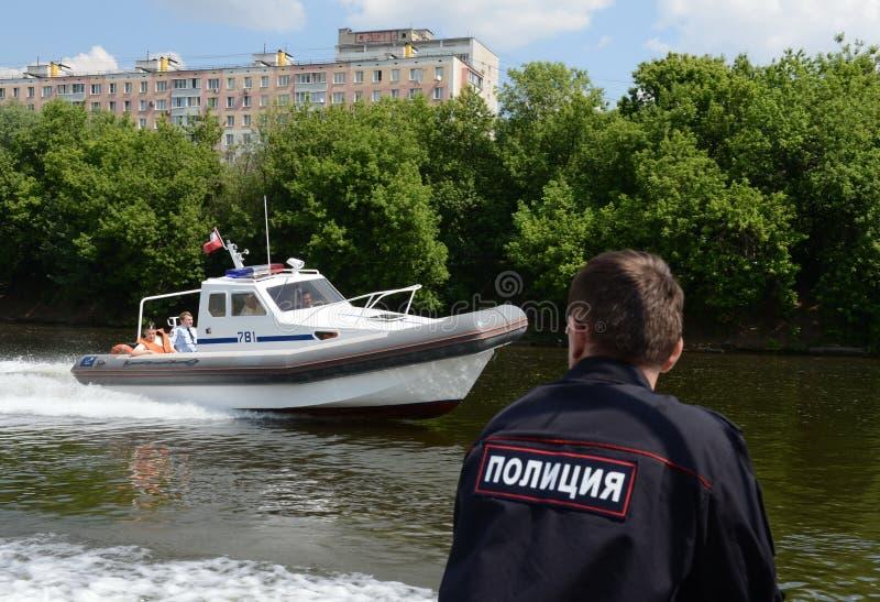 Marin- delar för fartyg av inre soldater av MIAEN av Ryssland på Moskvafloden arkivbilder