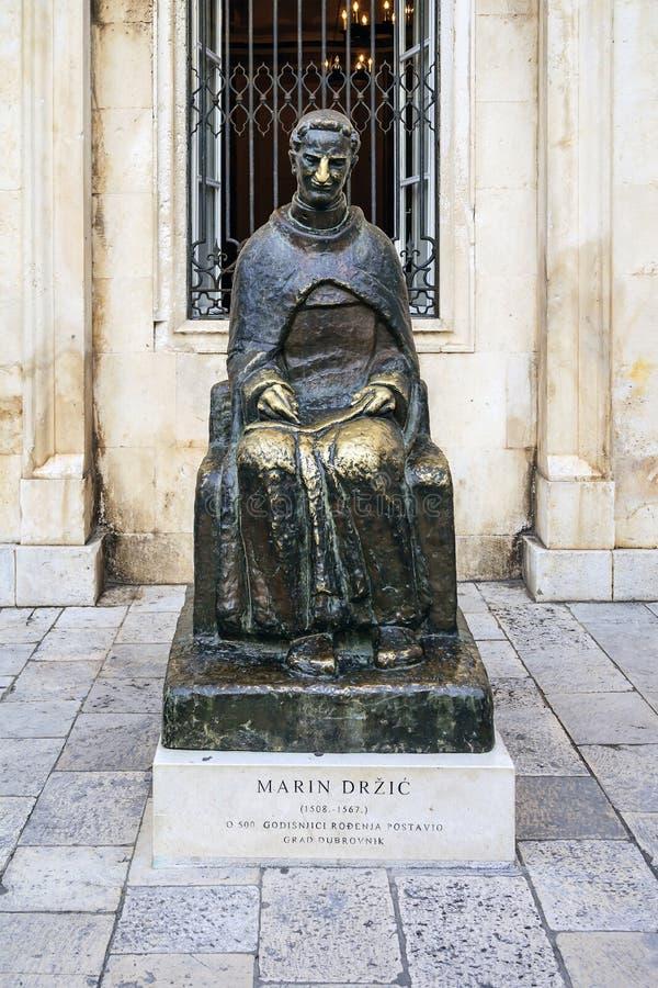Marin Drzic es monumento dramaturgo, poeta y de un bronce croatas del sacerdote A en la ciudad de Dubrovnik Croacia europa imagen de archivo libre de regalías